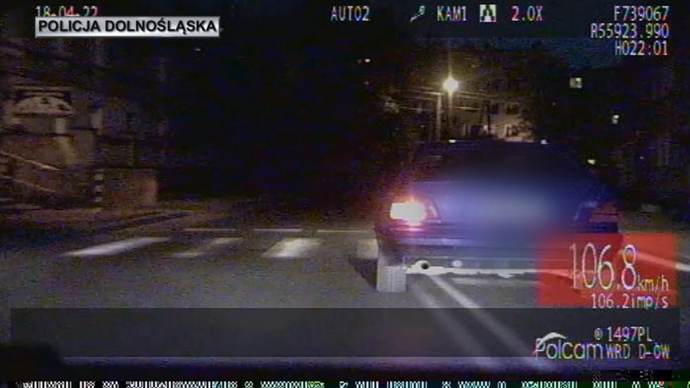 Podejrzany bez uprawnień, próbował zepchnąć radiowóz